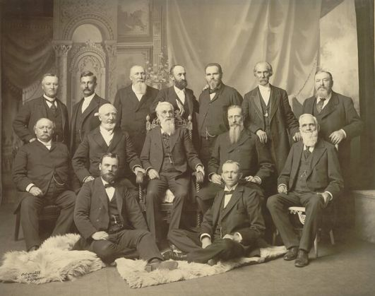 Fuente: http://en.wikipedia.org/wiki/File:First_Presidency_and_Twelve_Apostles_1898.jpg